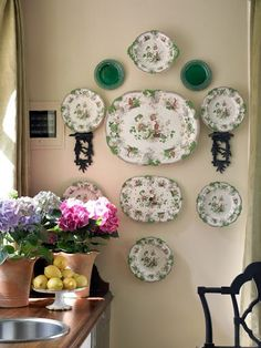 love the green hanging plates. All Things Farmer: ATL Decorators Showhouse in Atlanta Homes and Lifestyles Magazine Hang Plates On Wall, Plate Wall Decor, Hanging Plates, Vintage Plates, Vintage China, Vintage Pyrex, Maggie Griffin, Wall Groupings, Plate Display