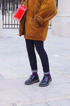 Vintage Doc Martens, Mode Lookbook, Dr Martens Outfit, Sneakers Looks, Paris Mode, Jeans Bleu, Sweaters And Jeans, Looks Style, Mode Style
