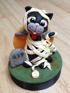 Oscar the Cat's Halloween Costume Cake Topper