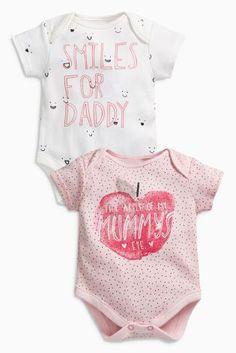 Comprar Pack de dos bodis de manga corta con eslogan Daddy y Mummy con manzana en rosa (0 meses-2 años) de Next España