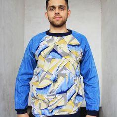 Essa blusa é super versátil, é fresquinha e pode ser usada tanto no verão quanto no inverno acompanhada de uma malha por baixo. Uma dica legal para meninas é usa-la como vestido, acompanhada de um tênis.  Blusa Raglã em viscose sintética estampada e jeans 100% algodão nas mangas. Faz parte da micro coleção 11 MIL LITROS DE ÁGUA POR CALÇA JEANS que reutiliza principalmente pernas de calças jeans dos anos 80. Vintage, Blouse, Women, Fashion, Printed, 1980s, Bass, Legs, Vestidos