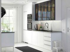 Des placards de cuisine aux portes vitrées