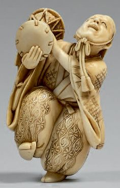 JAPON - Époque Meiji (1868-1912) Netsuke en ivoire, danseur debout jouant du tsutsumi. Non signé. (Gerces). Hauteur: 5 cm - Beaussant Lefèvre - 26/10/2017 Theatre No, Lucky Symbols, Japanese Characters, Asian Decor, Wooden Art, Japan Art, Old Art, Chinoiserie, Art Techniques