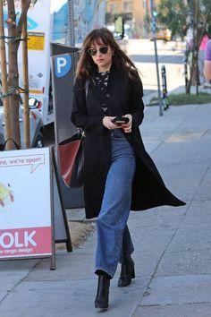 ( link) Dakota Johnson in Los Angeles. Estilo Dakota Johnson, Dakota Johnson Street Style, Dakota Style, Dakota Mayi Johnson, Casual Outfits, Cute Outfits, Fashion Outfits, Anastasia Steele Outfits, Dakota Fanning