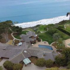 Located in Santa Barbara, California, it features a lot of nature and beautiful scenery. This property was previously owned by Fred Kavli, a late philanthropist, famed physicist and creator of the Kavli Foundation, Zillowblog reports.