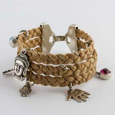 Ben je op zoek naar een uniek #handgemaakte sieraden? In onze webshop vind je# originele, handgemaakte #armbanden,# kettingen en verstelbare ringen van# kurk. Van eenvoudige tot bijzondere designs.Neem een kijkje op www.artinato.com