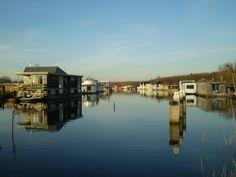 Floating Architecture: Wohnboote Nordseekanal