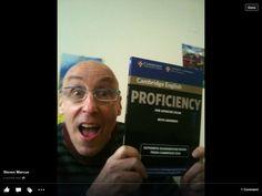 El juez del examen ingles Steven con el libro  llamame a 620837894 Si quieres aprobar