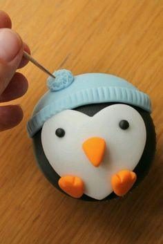 How to Make Penguin Cupcakes Wie man Pinguin Cupcakes macht Christmas Cake Decorations, Christmas Desserts, Christmas Treats, Holiday Treats, Christmas Cupcake Toppers, Christmas Cake Designs, Holiday Cakes, Christmas Holiday, Candy Cane Christmas