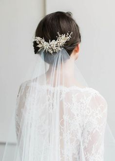 Winter wedding / mariage d'hiver / bride / coiffure de la mariée / The Jasmine hair comb is a charming piece to frame your locks as you down the aisle. Perfect to add a hint of feminine appeal to any bridal look. Vintage Bridal Hair, Floral Wedding Hair, Hair Comb Wedding, Headpiece Wedding, Wedding Hair And Makeup, Wedding Veils, Wedding Hair Accessories, Bridal Headpieces, Wedding Dresses