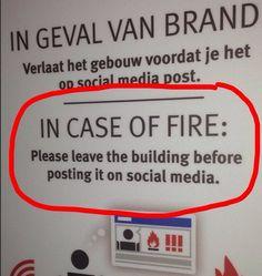 Wie ist die korrekte Verhaltensweise bei einem Brand? – Jedenfalls nicht als Erstes twittern! :-)  (gesehen auf LinkedIn: Hiliana Fienieg)