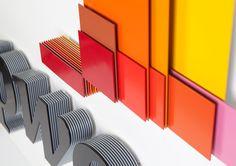 Logo - warstwy z płytek i wielowymiarowa konstrukcja