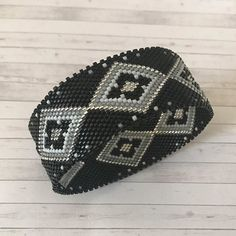 DIY circular bangle peyote weaving bracelet with Miyuki Delicas be - Perles & Co Peyote Patterns, Loom Patterns, Beading Patterns, Armband Diy, Beaded Rings, Beaded Jewelry, Bangle Bracelets, Beaded Bracelets, Bead Weaving