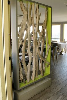 Basteln mit Treibholz: DIY Deko mit Erinnerungen an den Strandurlaub treibholz ast boden aus holz raumteiler tische stuhle restaurant Deco Nature, Nature Decor, Wooden Room Dividers, Driftwood Crafts, Into The Woods, Office Interiors, Diy Home Decor, Home Improvement, Woodworking