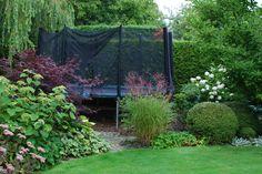 Att gömma en studsmatta. Planera en permanent plats som efter lekåren kan bli något annat, uteplats, växthus, etc. På med markduk o mycket täckbark. Plantera in. För att avgränsa resten av trädgården