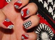 hot of not rode nagels met zwartwit print