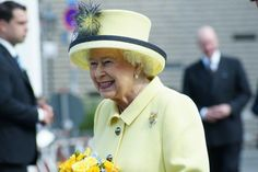 Queen Elizabeth was all smiles this morning during her and the Duke of Edinburgh's departure from Berlin. I would like this had something to do with her new hat, a wonderful piece in palest yellow ...