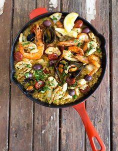 Qu'elle soit version Costa Brava ou surgelée, on pense tous connaître la paëlla. Faux, répond le chef Alberto Herraiz qui, avec « Paella » (éd. Phaidon), nous dévoile les dessous d'un plat mythique ! http://www.elle.fr/Elle-a-Table/Les-dossiers-de-la-redaction/Vie-privee-Cuisine/La-paella-de-A-a-Z-1593710
