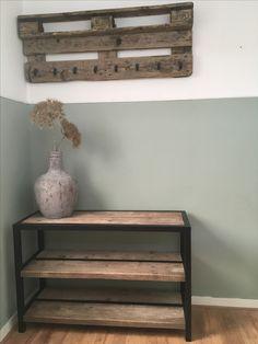 Living, meubel hout/staal. DIY industriële sidetable, Schoenenrek van steiger hout en staal. en palletkapstok hal. kleur: Early Dew van Flexa