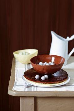 Des bols et des assiettes en chocolat / Easter chocolate http://www.marieclaireidees.com/,une-corbeille-a-pain-ornee-d-une-poule,2610153,1435.asp