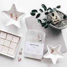 """#Понедельник - это отличный повод навести порядок на рабочем столе и завести себе новый #блокнот! #whitebalanceua Подставки Starfish (3 шт.) - 550 грн. Блокнот - 300 грн. Набор биндеров """"розовое золото"""" - 99 грн. Больше красивых штук для белого офиса - в магазине (по ссылке в профиле). ------------------------------- #whiteoffice #office #whiteoffice #officeinspiration #flatlays #onthetable #lovelythings #workspace #workplace #vscowhite #vscoukraine #vscoua #vscokiev #vscoodessa #odessa…"""