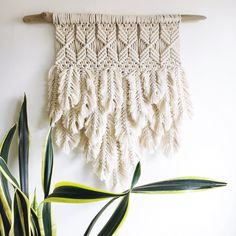 Macrame with feathers – juniper + fir Driftwood Macrame, Macrame Art, Macrame Projects, Macrame Knots, Macrame Wall Hanging Patterns, Macrame Patterns, Modern Macrame, Deco Boheme, Macrame Design
