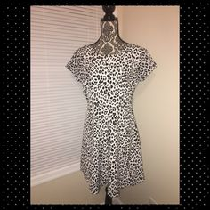 Old navy black and white dress. Black and white old navy dress. excellent condition. Zips up the side. Old Navy Dresses Midi