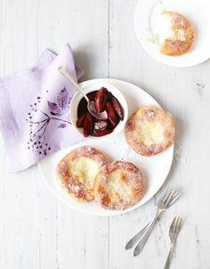 Süße, fluffige Pfannkuchen mit herb-säuerlicher Fruchtbeilage aus Holunder und Zwetschgen.