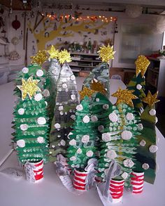 Manuales: Navidad -  Christmas trees made by the children using cardboard and paper rolls ≈≈