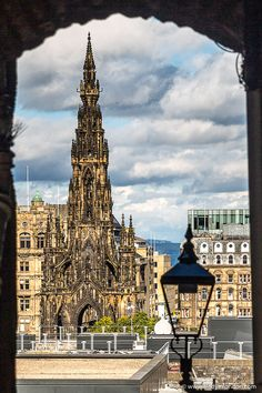 This is the Scott Monument, Edinburgh. This travel itinerary for 4 days in Edinburgh, Scotland has the best Edinburgh itinerary for your trip to Scotland. It has everything from Edinburgh Castle to Edinburgh University and more. If you're looking for the best things to do in Edinburgh, this great Edinburgh itinerary has it all.
