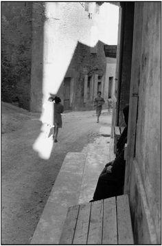 Henri Cartier-Bresson - Bouches-du-Rhône. Tarascon, 1959.