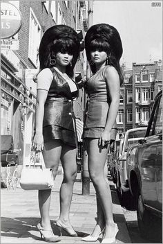 Así como lo ven, y antes de la época de la minifalda en México, este tipo de peinado rifaba en el gusto de algunas damas a la hora de acudir a una fiesta. En público lo usaba según recuerdo la cantante Sonia López, que hizo fama acompañando a la Sonora Santanera.