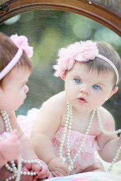 little girl poses in mirror - Bing images Little Girl Photography, Children Photography, Newborn Photography, Baby Mirror Photography, 6 Month Baby Picture Ideas, Baby Girl Pictures, Newborn Baby Photos, Baby Poses, Bebe 1 An