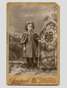 """Hidden Mothers: Ici, la petite fille est """"grande"""", et n' a pas besoin d'être tenue!"""