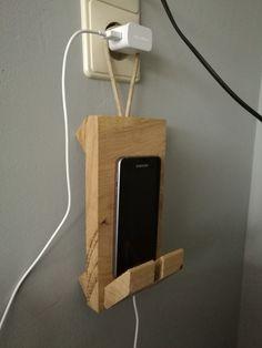 Hang gadget smartphone Wooden Crafts, Diy Wood Projects, Woodworking Plans, Woodworking Projects, Wooden Phone Holder, Diy Phone Stand, Wood Home Decor, Salvaged Wood, Wood Crafts
