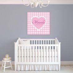 Deze zoete muurdecoratie met lieve roze ruitjes doet het goed op een meisjes babykamer. Geef een naam op en wij zetten deze voor jou op het canvas!