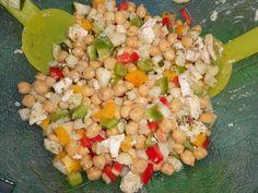 Combine los garbanzos, tomates, pepino, cebolla, pimiento, jugo de limón, vinagre, aceite de oliva, en un recipiente grande y mezcle. Sazonar con sal y pimienta