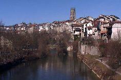 """La ville de Fribourg et la rivière de """"La Sarine"""". Source: http://www.suisse-romande.com"""