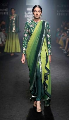 Looking for designer blouse images? Hear are latest trendy blouse models that you can wear with any saree of your choice. Best Indian Sari Press Visit link above for more options Dhoti Saree, Saree Dress, Khada Dupatta, Manish Malhotra Anarkali, Lehenga, Drape Sarees, Patiala Salwar, Sari Blouse, Lakme Fashion Week