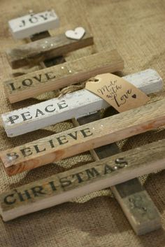 Reclaimed wood pallets provide an inexpensive DIY option for festive decor. Make wood pallet Christmas trees or Christmas card displays. Pallet Christmas Tree, Christmas Wood, Christmas Signs, Homemade Christmas, Christmas Projects, Winter Christmas, All Things Christmas, Christmas Holidays, Christmas Ornaments