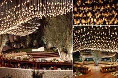 Nhưng vị trí đặc biệt nhất của đám cưới là nơi đón khách. Chuyên gia trang trí sử dụng hàng ngàn bóng đèn, sắp xếp thành hình uốn lượn mềm mại để thể hiện hình ảnh những chú đom đóm đang bay trên bầu trời