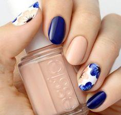 Nail art bleu nuit, nude et motifs fleurs - Magazine Avantages