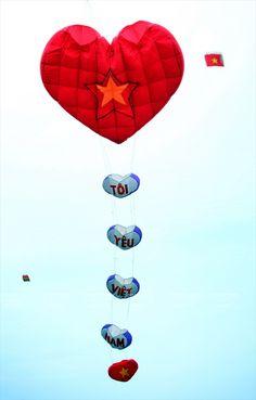 Los cometas recuerdan a la gente su infancia. Cometa con el diseño de la bandera nacional de Vietnam. Cometa en forma de corazón transmite el mensaje de Tôi yêu Việt Nam(Te amo, Vietmam). Un cometa que semeja un barco de vela transmite el mensaje de Hacia el Mar del Este. Cometa decorado con un retrato del presidente Ho Chi Minh y la bandera nacional vuela en el cielo. Cometa con forma de ave fénix. Un viejo artesano intenta hacer volar su cometa con las palabras Los archipiélagos de Hoa...