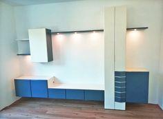 Banz Bord Bèta wandmeubel: strak design wandmeubel voor het moderne interieur. Wat dacht u van een wandmeubel in de combinatie blauw en wit, met subtiele, dimbare LED-verlichting. -  wandmeubel woonkamer   modern interieur   wandmeubel zwevend   wandmeubel tv   huiskamer ideeën  #wandmeubel #woonkamer Divider, Loft, Tv, Design, Furniture, Home Decor, Decoration Home, Room Decor, Lofts