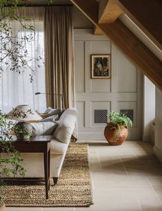 Ben Thompson combines the grandeur of a Georgian manor with the informality of a modern farmhouse for the interiors of Heckfield Place hotel in Hampshire Farrow Ball, Living Room Designs, Living Spaces, Living Rooms, Long Room, Best Decor, Banquettes, Decoration Table, Colorful Interiors