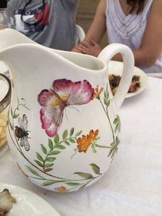 Jarra pintada a mano Ceramic Pottery, Ceramic Art, Edible Pearls, Mugs And Jugs, China Clay, White Pot, Vase, China Painting, Pottery Painting