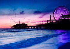 Elija un hotel en Los Ángeles, comience a planificar su viaje y disfrute de la vista del Muelle de Santa Mónica al atardecer