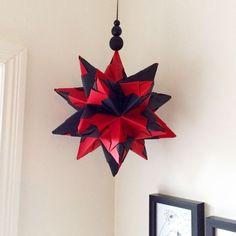 Det er efterhånden gået hen og blevet en fast tradition, at jeg hvert år laver en ny origami-julestjerne. Og i år skulle selvfølgelig i...