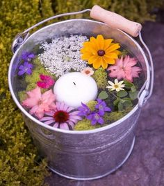 Pretty garden party idea Bucket filled with warter an floating candles an flowers on the mark with this one # Tiny Flowers, Colorful Flowers, Garden Party Decorations, Flowers Decoration, Table Decorations, Garden Floor, Alpine Plants, Garden Types, Floating Candles