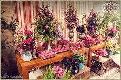 A Érica e o Rodrigo se casaram no dia 16 de Julho de 2016 aqui no Galpão Mix. O casório lindo e especial destes noivos super queridos foi personalizado, romântico e muito florido. A mesa de doces estava maravilhosa, o bolo branco, com flores e folhas e encantadores passarinhos azuis e todos os doces estavam em forminhas cor de rosa. #galpaomix #galpaomixpenedorj #penedo #penedorj #espacoparaeventos #casamento #wedding #miniwedding #destinationwedding #rusticochic #rusticochique